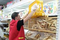 Doplňování zboží v obchodech je před Vánoci žádané brigádníky i supermarkety. Výdělek? Kolem 80 Kč za hodinu.