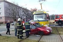 Nehoda auta a tramvaje ve Slovanské aleji