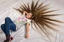 Eliška Bourová (na snímku) má nejdelší vlasy vČesku v kategorii do deseti let