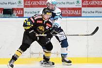 Hokejová sezona se pomalu dostává do druhé poloviny a v mládežnických výběrech už běží nadstavbová část. Na snímku bojuje junior David Kvasnička.