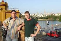 Závodník SK Radbuza Plzeň Jakub Fichtl (vpravo) pózuje společně se svým otcem a zároveň trenérem  Jaroslavem Fichtlem v dějišti mistrovství světa dálkových plavců, které se uskutečnilo ve španělské Seville