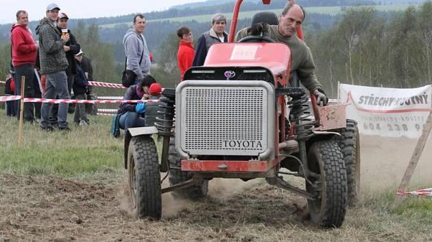 Jezdec Alois Kalců na traktoriádě v Úterý.