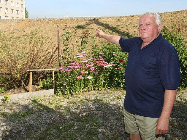 Jiří Regner má  kousek od litické přehrady chatu. Teď jeho soused, firma Berger, začal navážet terén ve svém areálu, takhle to dopadlo. Úřady  terénní úpravy povolily