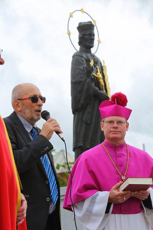 Nepomuk - odhalení a vysvěcení sochy sv. Jana Nepomuckého.  vlevo předseda matice sv. Jana Nepomuckého, vpravo generální vikář David Henzl