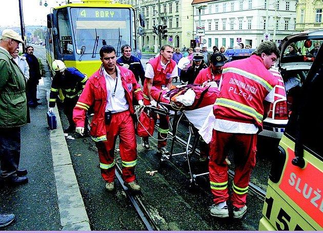 JDE O ŽIVOT. Srážka chodce s tramvají mívá obdobné následky jako srážka chodce s autem. Zažili jsme to i v Plzni.