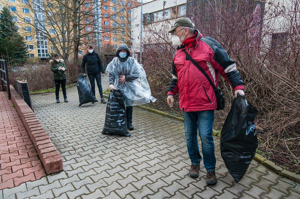 Lidé přinášejí odpad k dobrovolnickému centru.