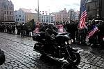 Průjezd motorkářů na amerických strojích Harley-Davidson před plzeňskou radnicí
