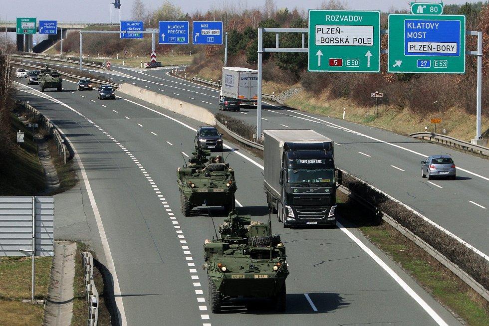 Konvoj vozidel armády USA na dálnici D5 nedaleko Plzně.
