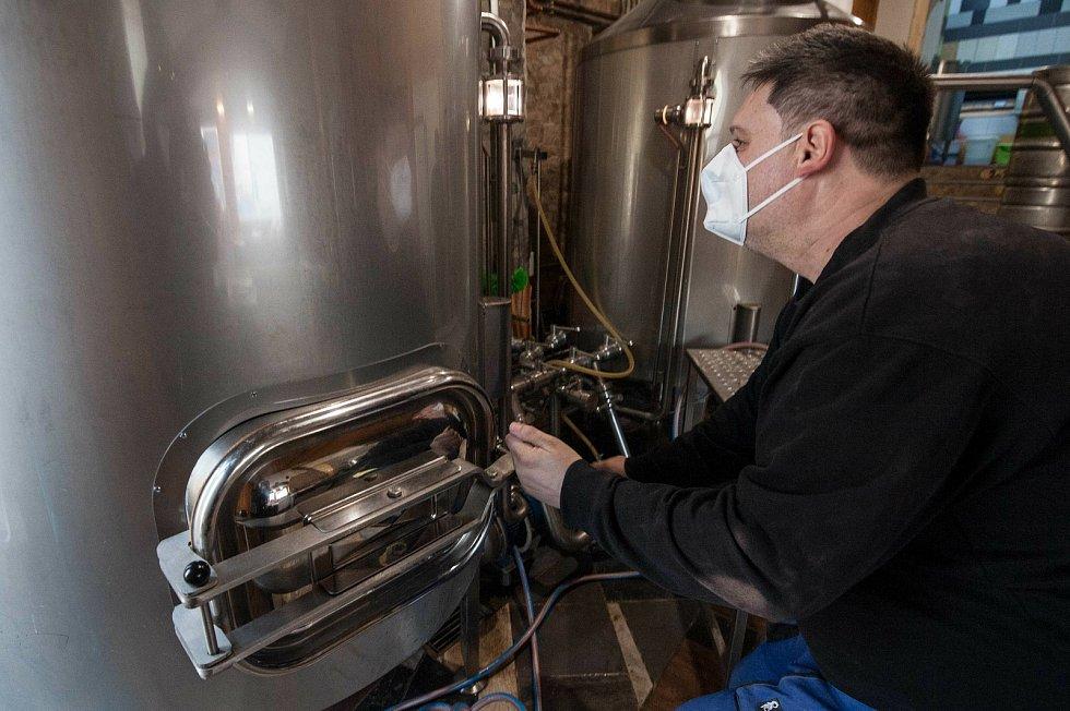 Pomocník sládka Josef Mašek kontroluje a nastavuje fázi scezování kde se odděluje tzv. sladina.