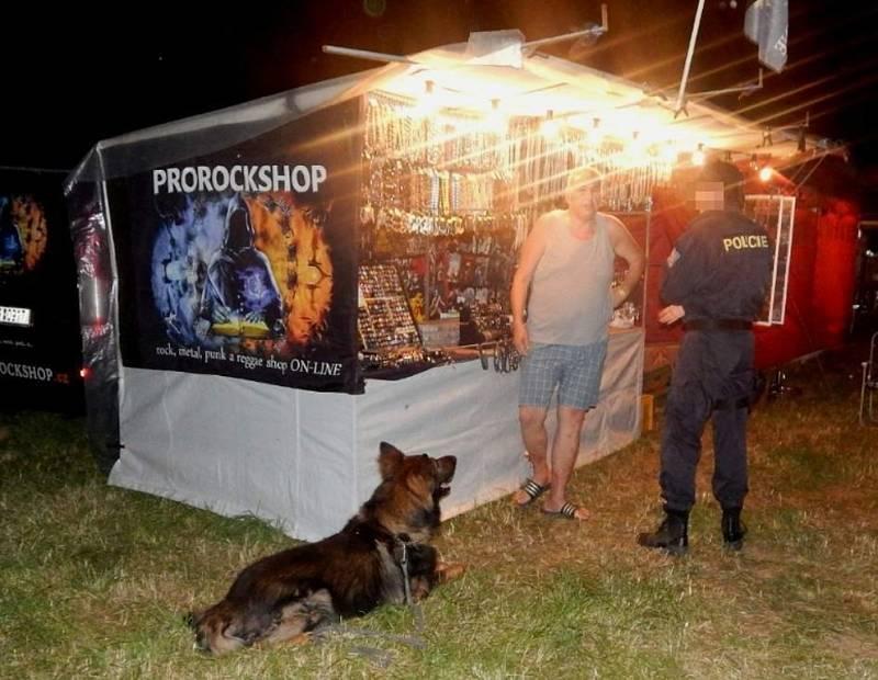 Psovod prohledává festivalový areál v Plasích.