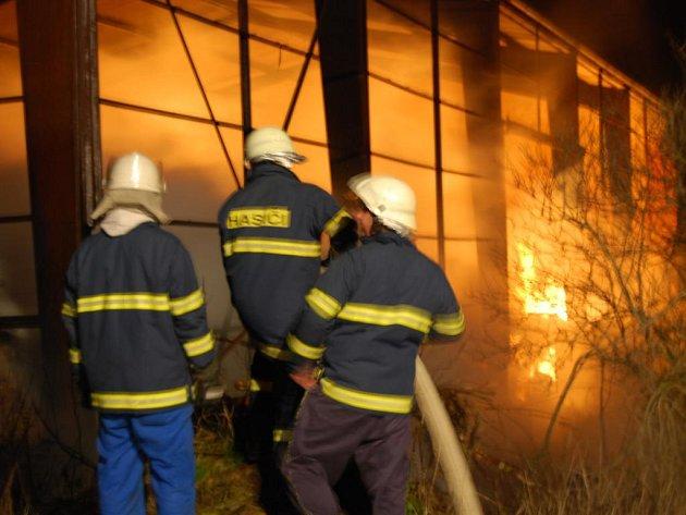 Hasiči bojují s požárem sena ve skladu v Kyšicích.