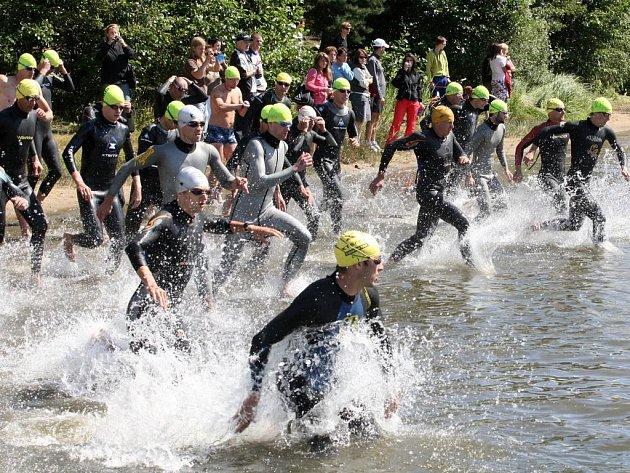 V sobotu byla Plzeň svědkem premiéry terénního triatlonu s pohárovou hlavičkou v krajské metropoli. Účastníci si to rozdali na tratích 1,25 km plavání (na snímku je zachycen start klání), 28,8 km  jízdy na horském kole a 8,4 km běhu.
