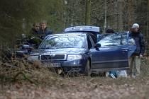 Policisté ohledávají místo nálezu Škody Superb, ve které uprchl Pavel Němeček se svým komplicem. Auto bylo nalezeno pár kilometrů od Nové Hospody