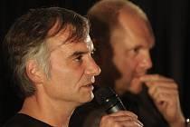 Film Ve stínu přijeli do plzeňského kina Cinestar přestavit herec Ivan Trojan (vlevo) a režisér David Ondříček