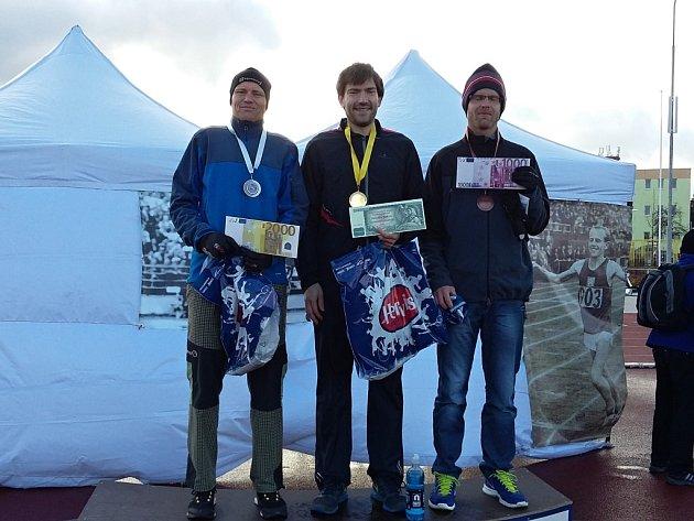 Medailové stupně při Plzeňské třicítce obsadili (zleva)  druhý Michal Kovář, který tak získal titul Krále vytrvalců, vítěz Marek Adler a bronzový Martin Hokeš.