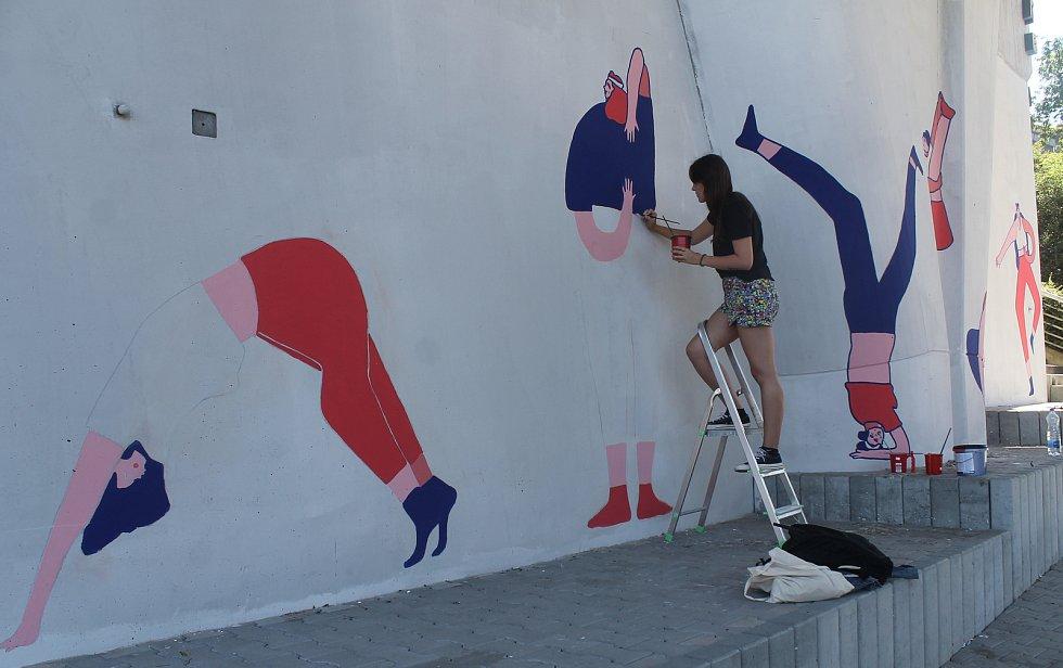 Na pilíři mostu Milénia tvořila svoje první dílo tohoto typu ilustrátorka Daniela Herodesová.