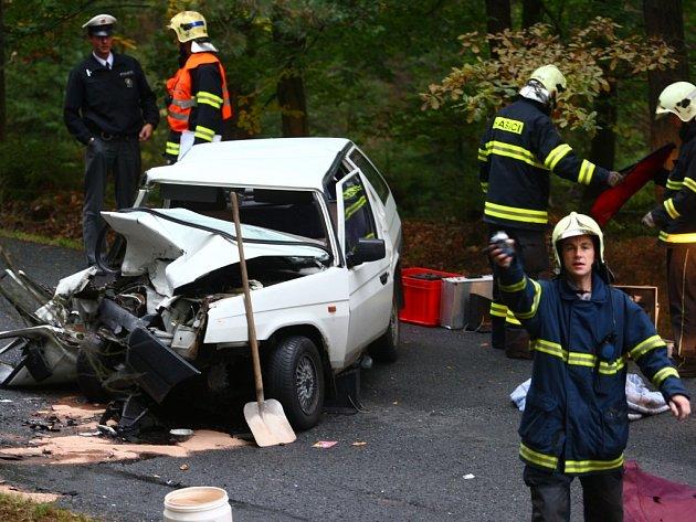 Na snímku je zdemolovaný vůz Škoda Favorit