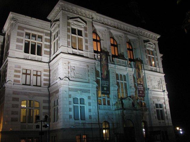 Osvětlená budova Západočeského muzea v Plzni lákala v pátek návštěvníky na Muzejní noc