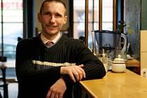 Učitel tance a etikety Zdeněk Janda v plzeňské kavárně Inkognito