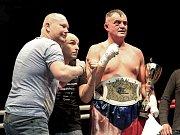 Takhle Pavel Šour slavil prosincové vítězství v Plzni. V sobotu v Karlových Varech opět vyhrál.