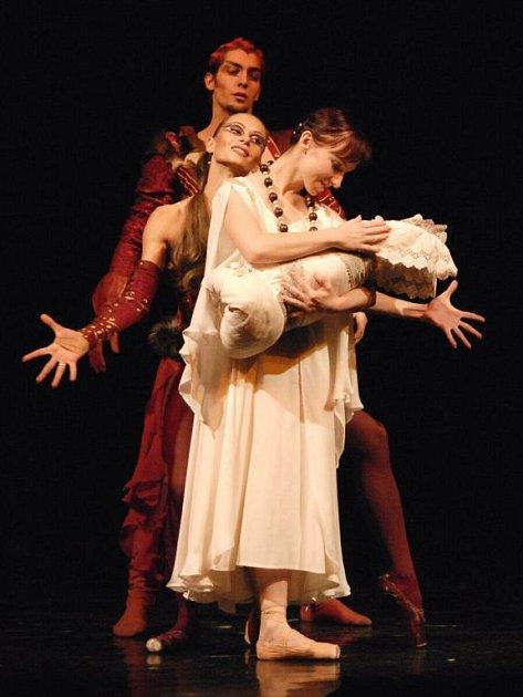 Ve světové premiéře uvedlo Divadlo J. K. Tyla v Plzni balet Faust. Slavný námět nově zpracoval šéf plzeňského baletního souboru Jiří Pokorný (zpředu Lenka Hrabovská jako Markétka, Ivona Jeličová v roli Mefistofely a Milan Maláč jako Mefistofeles).