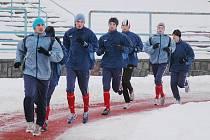 Fotbalisté juniorky Viktorie Plzeň krouží při včerejším dopoledním tréninku v rámci zimní přípravy po tartanovém oválu Městského stadionu ve Štruncových sadech