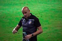 Trenér Adrian Guľa při zápase s izraelskou Beer Ševou.