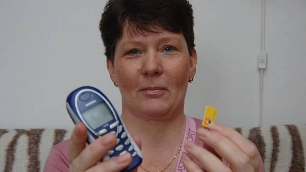 Plzeńačka Hana Páníková ukazueje SIM kartu, kterou se jí podařilo získat od zloděje zpět. Telefon ale musí používat starý, vypátrání toho ukradeného nechává na policii