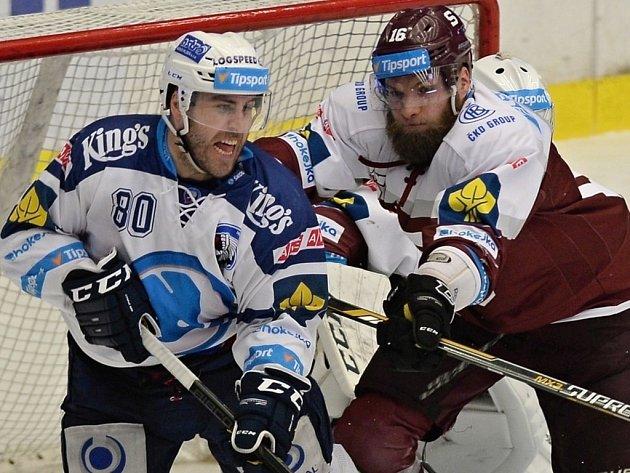 Plzeňský útočník Nicholas Johnson (vlevo) se přetlačuje s Adamem Poláškem z týmu Sparty ve třetím utkání semifinále, které Škodovka v Plzni prohrála 2:4.