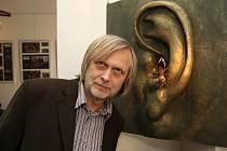 Režisér Jiří Barta u jednoho z exponátů výstavy z jeho filmu Na půdě. Navštívit ji bude možné v plzeňské Univerzitní galerii do čtrnáctého dubna