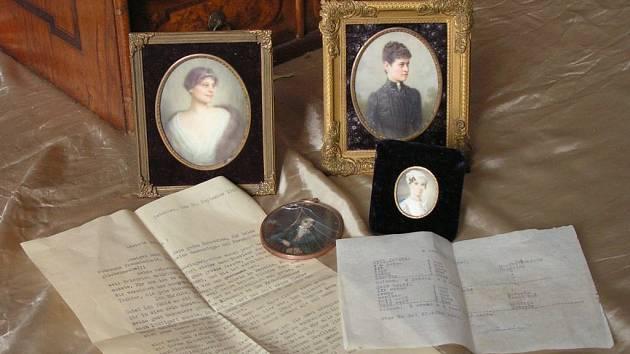 Miniaturní podobizny a dva zajímavé dokumenty skrývala šedesát let tajná zásuvka psacího stolu v manětínském zámku