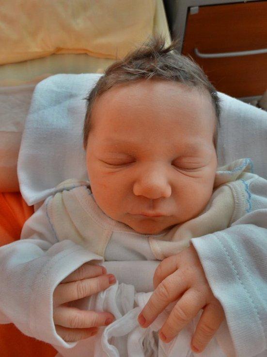 Natálka Vachovcová (3290 g. 50 cm) si vybrala za své narozeniny 17. únor. Sestřička Péti (7) z Újezda u Přeštic se narodila ve 4:16 mamince Václavě a tatínkovi Jaroslavovi.