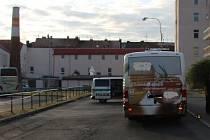 Autobus srazil na autobusovém nádraží v Plzni ženu
