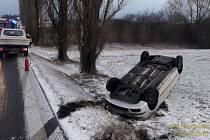 Havárie osobního auta u Korytného rybníka u Oselců