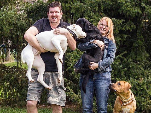 Josef a Markéta Němcovi a jejich tři psi – bílá hluchá doga Trinity, černá kříženka Nermyš a čistokrevná tosa inu Bahgíra