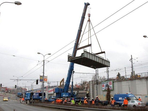Starý železniční most v plzeňské Prokopově ulici dnes odpoledne rozebírali dělníci a na místě šestasedmdesátitunového kolosu vyroste nový most.