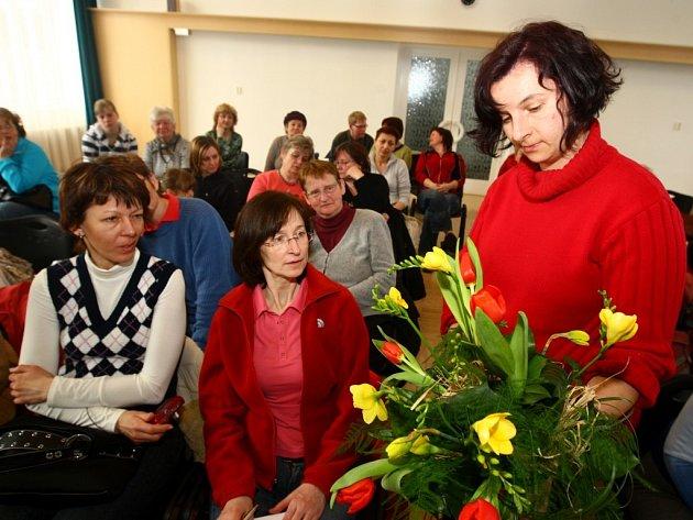 Floristka Hana Šebestová ukazuje své umění a nabízí cenné rady v doubraveckém D klubu.