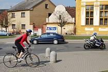 Cyklistům i motorkářům začala sezona. Například ve Starém Plzenci jich během několika minut byly k vidění desítky. Do sedel je vytáhlo nádherné sobotní počasí.