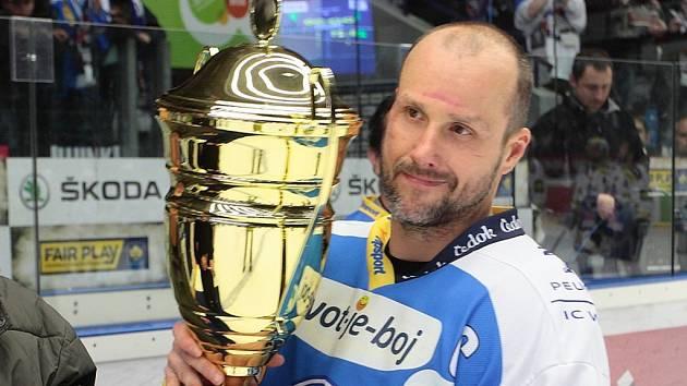 Martin Straka, na snímku s pohárem za třetí místo v uplynulé extralize, se zatím nerozhodl, zda si ještě prodlouží už tak bohatou hráčskou kariéru