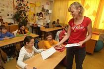 Čtvrťáci na základní škole pro zrakově postižené se na známky těšili