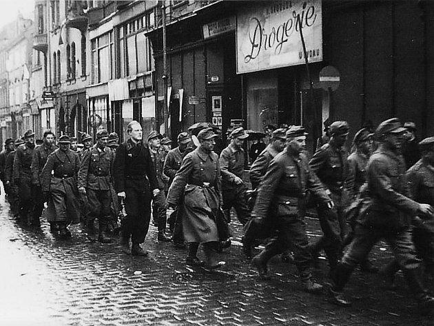 Rok 1945 přinesl osvobození, ale také nové přesuny Čechů i Němců. Nasnímku němečtí zajatci v Plzni