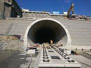 Vjezdový portál do tunelu Ejpovice.