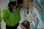 Zloděje v drogerii zachytila kamera.