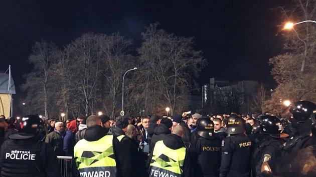Policisté dohlížejí na fotbalové fanoušky