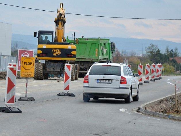Na Borských polích momentálně vzniká nový kruhový objezd. Na více než měsíc a půl zde bude radikálně omezena doprava