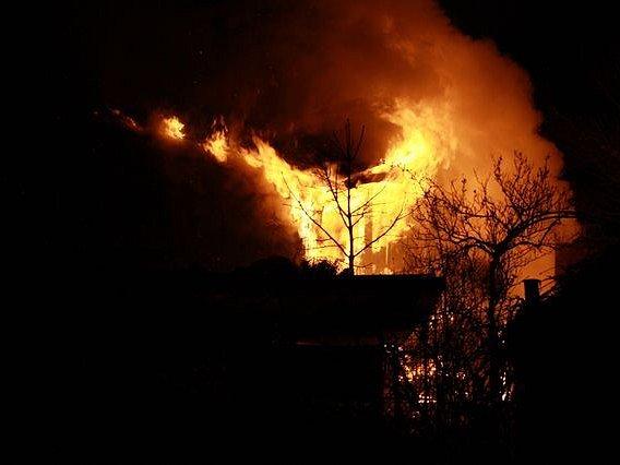 V ulici Pod Mikulkou v pondělí vypukl požár v jedné z chat