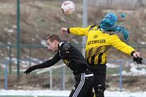 Fotbalový turnaj v Doubravce se někdy hraje až v mrazivém počasí. Kuriózní snímek zahaleného fotbalisty Přeštic pochází z duelu proti Lhotě, která vyhrála 2:1