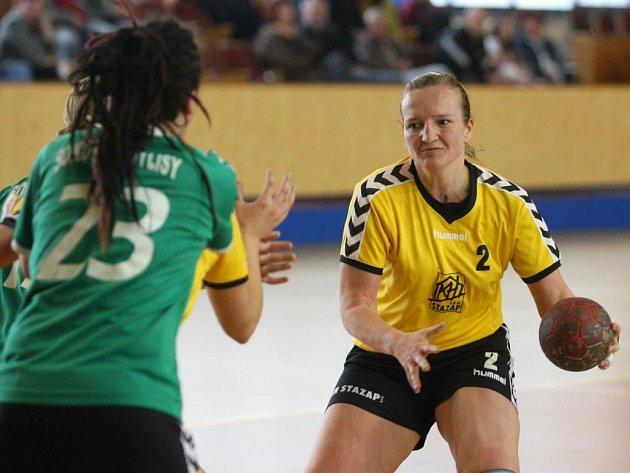 Ke konečnému pátému místu pomohla prvoligovým házenkářkám svými výkony také Petra Sedláčková (s míčem). Archivní snímek je z domácího utkání Plzeňanek proti Kobylisům