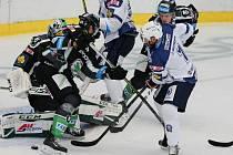 Hokejisté Plzně (v bílých dresech) bojují před brankou Mladé Boleslavi.