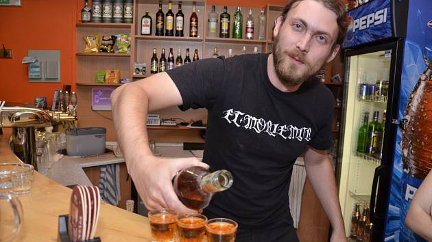 Tři rumy! Barman Jakub z Divadla pod lampou měl během sobotního večera plné ruce práce. O tvrdý alkohol byl zájem veliký.